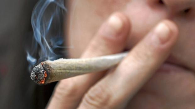 El acusado tuvo que ser sacado a la fuerza del local en el que estaba fumándose un porro