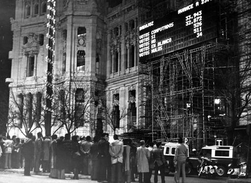 Panel informativo colocado en el Palacio de Correos y Telecomunicaciones de Madrid, en la Plaza de Cibeles, con un avance de las 23:55 horas