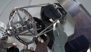 Explicación del telescopio Joan Oró durante las obras del Observatorio Astronómico del Montsec en 2004