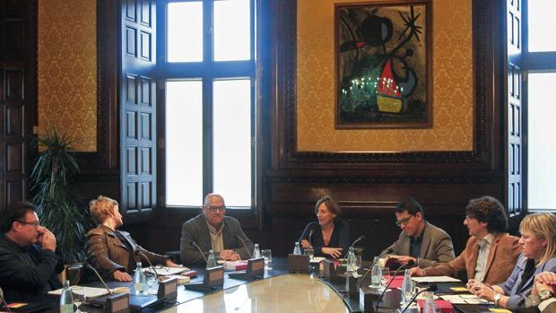 El tc notifica a la mesa del parlament que investiga la for Mesa parlament