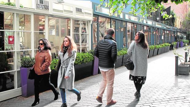 Los restaurantes del callejón de Puigcerdá, ayer, aún abiertos