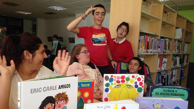 Participantes en el proyecto en la biblioteca de Villamayor de la Armuña