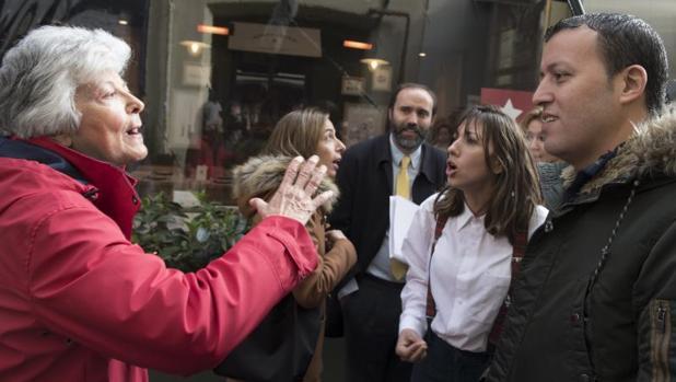 Unos vecinos de Jorge Juan se enfrentan a los empleados de los restaurantes cerrados en Puigcerdá