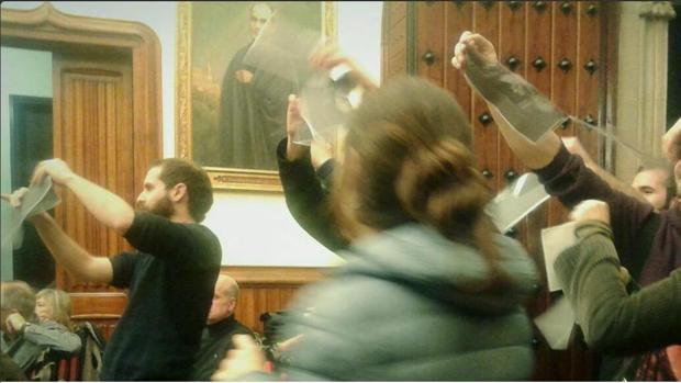 Simpatizantes de la CUP rompen fotos del Rey en la sala de plenos del Ayuntamiento