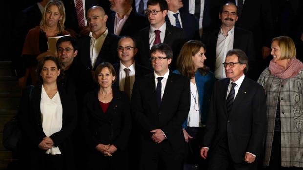 Colau, Forcadell, Puigdemont y Mas, en la foto de familia