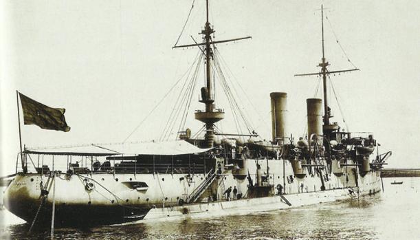 El submarino Isaac Peral abarloado al crucero Cataluña, el 12 de marzo de 1917 en el Puerto de Las Palmas