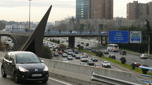 Cientos de vehículos circulan esta mañana por la M-30