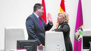 Carmena conversa con Sánchez Mato antes del pleno extraordinario de ordenanzas fiscales