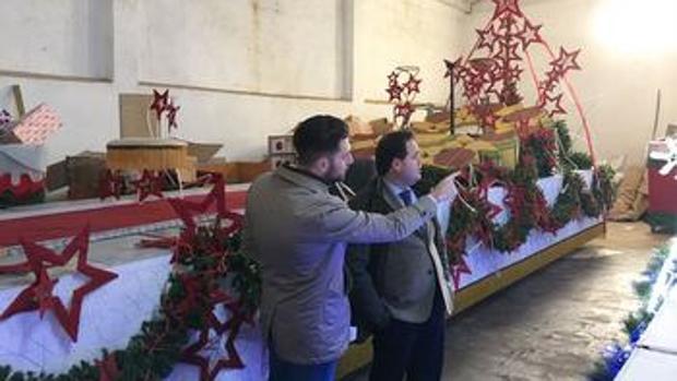 El alcalde de Almansa supervisa las carrozas donde irán los Reyes Magos