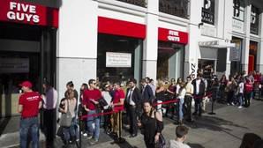 Decenas de personas aguardan a las puertas del Five Guys de Gran Vía en una imagen de archivo