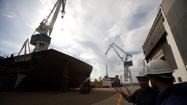 Dos trabajadores de Navantia conversan en las instalaciones de la compañía en Ferrol