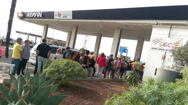 Cola para comprar lotería de 'El Niño' el pasado 26 de diciiembre en la gasolinera de Granadilla, Tenerife