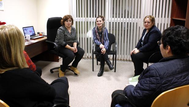 Graciela Asperilla y Rosa María (en el centro y a la derecha) charlan con algunas de las asistentes a un encuentro de Amor Ideal