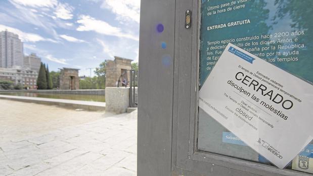 El cartel de «cerrado» que colgaba del Templo de Debod en verano
