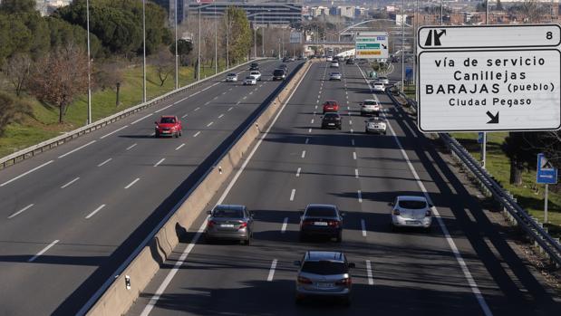 Varios coches circulan por la carretera de Barcelona, ayer por la mañana