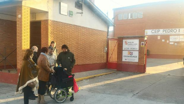 El procurador de IU saluda a Aimar, que vuelve a clase en su colegio de Tordesillas