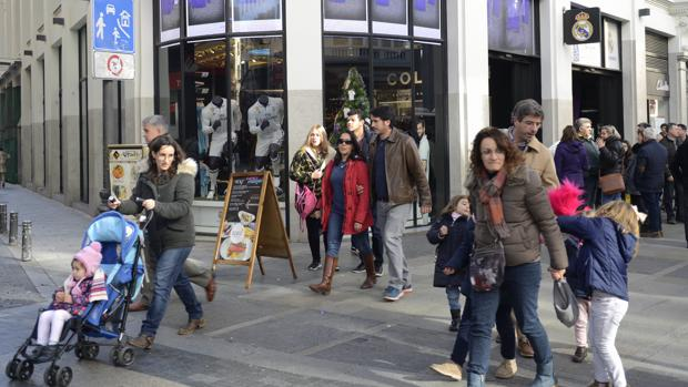 Madrid Varias personas pasean delante de la tienda del Real Madrid en Gran  Vía 7219b228f5878
