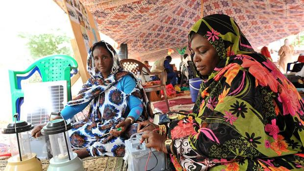 Mujeres en Mauritania cocinando en el desierto