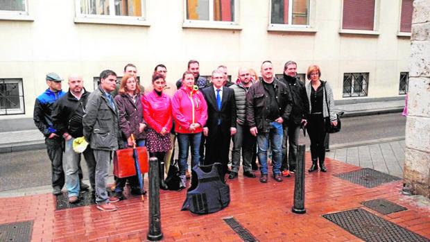 En el centro de la imagen, la guardia civil de Salamanca tras la declaración que prestó en Valladolid
