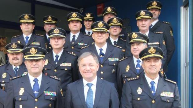 Moragues con los oficiales de la Policía Nacional en Valencia