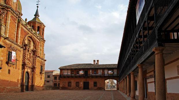 Plaza Mayor de San Carlos del Valle, con la iglesia a la izquierda