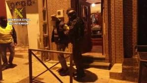 La Guardia Civil encuentra armas en un zulo de los dos detenidos por su relación con Daesh