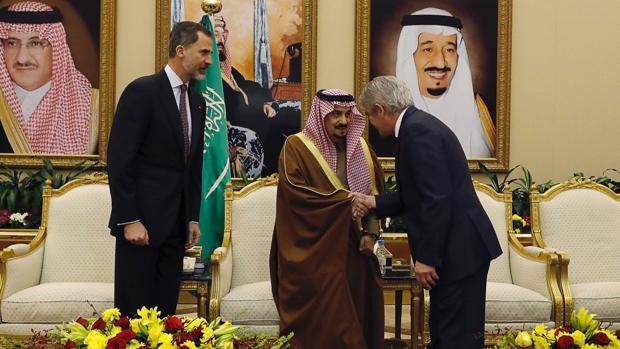 El Príncipe Faisal Bin Bandar Bin Abdulaziz Al-Saud saluda al ministro de Asuntos Exteriores, Alfonso Dastis, en presencia del Rey Felipe VI