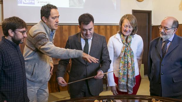 El conselleiro Rodríguez junto a los investigadores de la excavación