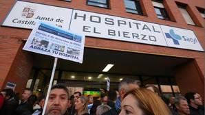 Protestas frente al Hospital del Bierzo