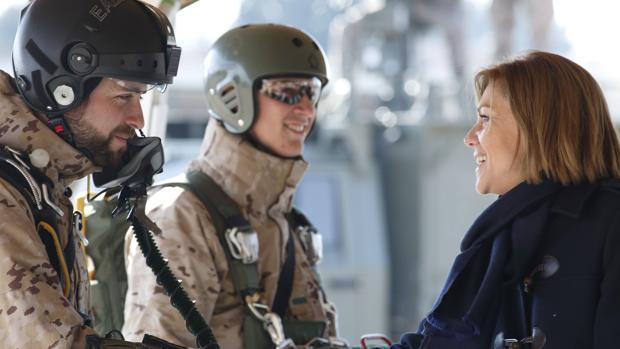 Cospedal, saludando a dos paracaidistas del EADA en la Base Aérea de Zaragoza