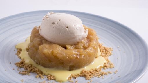 Manzana asada con crema inglesa y helado de almendras