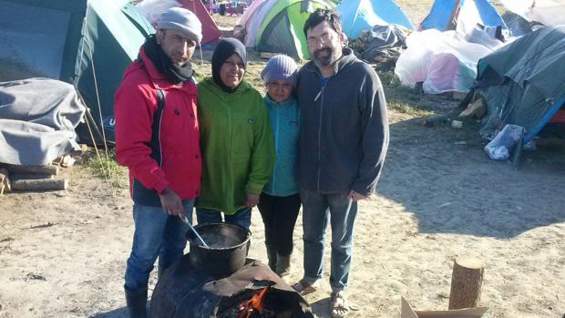 Gerardo López, a la derecha, con una familia de refugiados en un anterior viaje