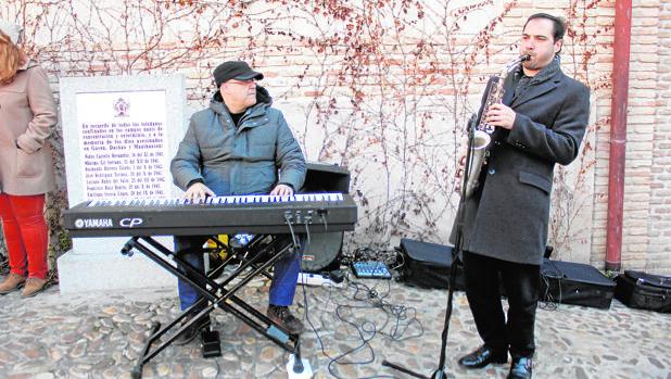 Andrés Tejero, al piano, y Diego Sánchez, con el saxo, amenizaron la mañana en la plaza del Sofer