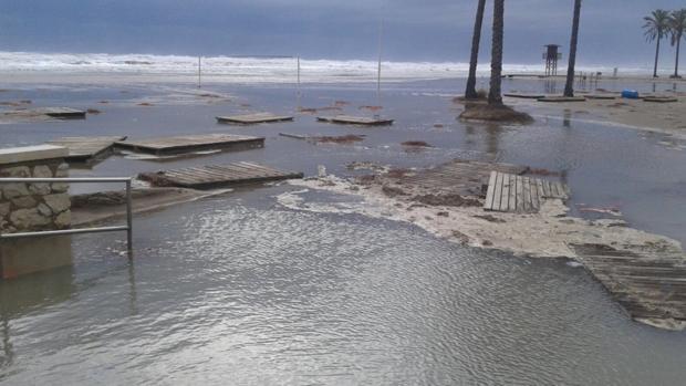 El fuerte oleaje por el temporal se traga las playas de almenara cullera y j vea - Casas en almenara playa ...