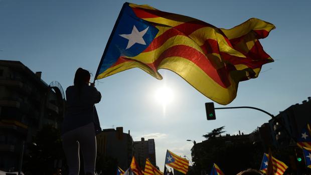 Manifestantes pasean por las calles de Barcelona durante la pasada Diada