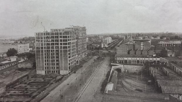 Metro dio luz verde en 1920 a la venta de las cocheras a pesar de que suponía su demolición parcial. La filial inmobiliaria del suburbano preveía la construcción de edificio «Titanic 2» sobre la playa de vías (abajo, a la derecha)