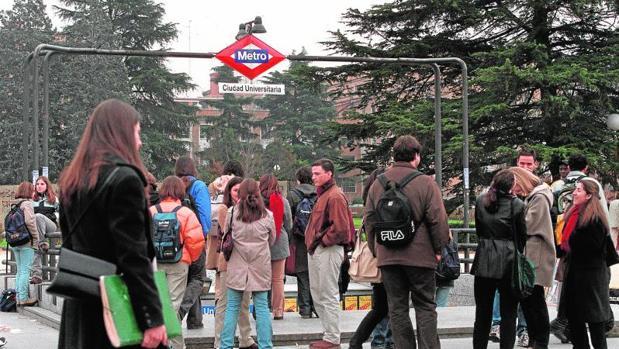 Universitarios a la salida del metro