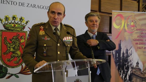 Santisteve, junto al director de la AGM, el general Luis Lanchares