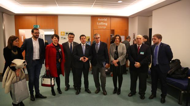 El presidente de Castilla-La Mancha con responsables de los artesanos y cuchilleros, además del portavoz regional y la consejera de Economía