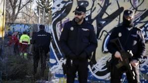 Agentes de la Policía Nacional en las inmediaciones de la cabaña situada en el barrio de Vallecas donde se reunían