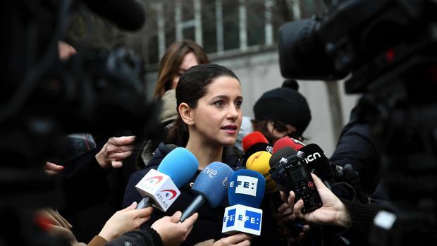 La líder de C's, Inés Arrimadas, atiende a los medios