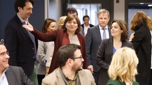 Imagen de la visita de Sáenz de Santamaría a la sede del PPCV