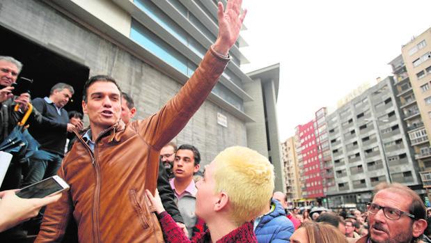 Pedro Sánchez, ayer, a su llegada al acto en Zaragoza