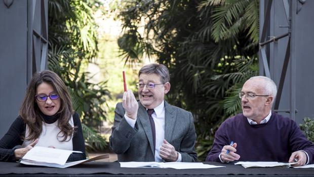 Imagen de Puig y Oltra durante la firma de la revisión del Acuerdo del Botánico junto al líder de Podemos, Antonio Montiel