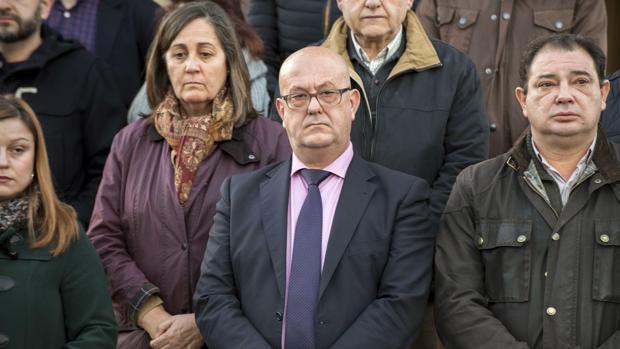Los alcaldes de Mora y de Gálvez, Emilio Bravo y Manuel Fernández, este lunes en el minuto de silencio en Mora