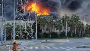 El Inspector jefe de Bomberos sobre el incendio de Paterna: «Por la magnitud, he visto pocos como este»