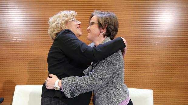 La alcaldesa de Madrid, Manuela Carmena, y la portavoz socialista, Purificación Causapié, hoy, durante la firma del acuerdo