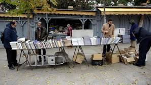 Varios clientes hojean libros en la Cuesta de Moyano
