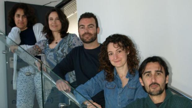Pilar Eroles, segunda por la izquierda, con otros investigadores valencianos del cáncer
