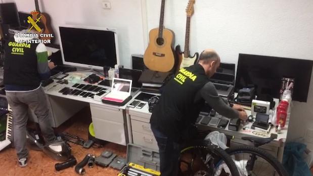 Dos agentes revisan parte del material recuperado de los robos